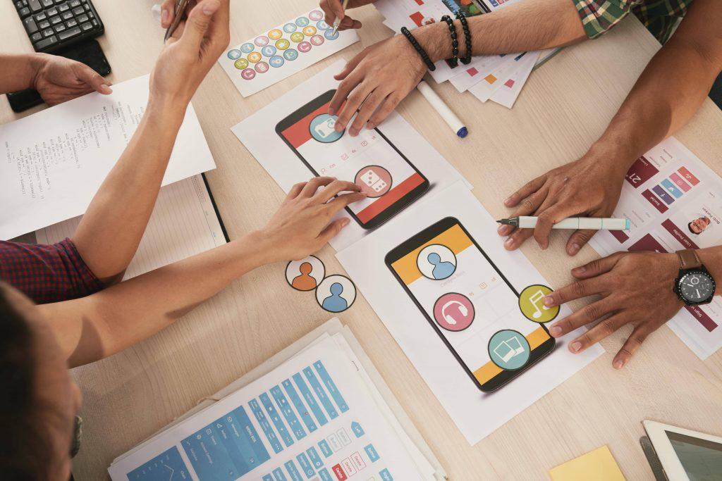 Equipo de trabajo creando contenido para redes sociales